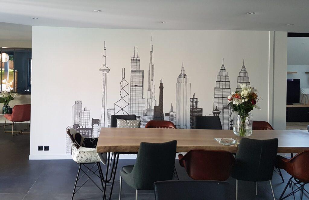 Salle à manger avec un papier peint panoramique gratte ciel
