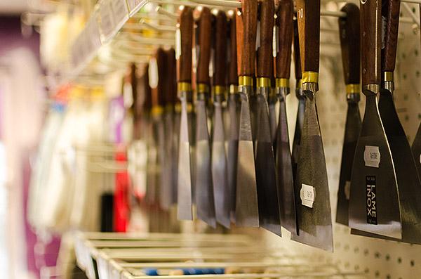 Outils accrochés sur une étagère