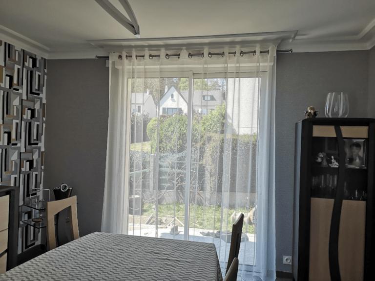 Rideaux devant des portes fenêtres