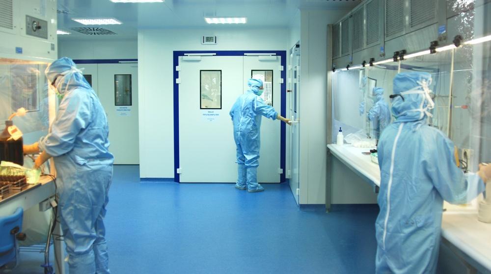 Personnes en blouse travaillant dans un milieu stérile