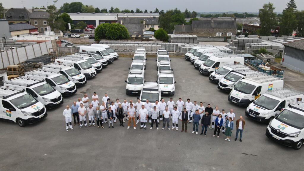 Vue de drones des employés et camions de l'entreprise